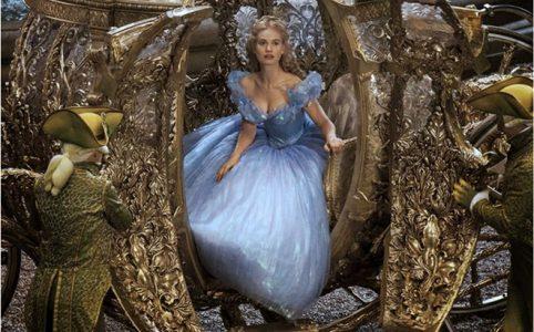 Cinderella stteigt aus Kutsche