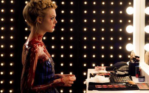 Elle Fanning in einem Szenenbild aus The Neon Demon