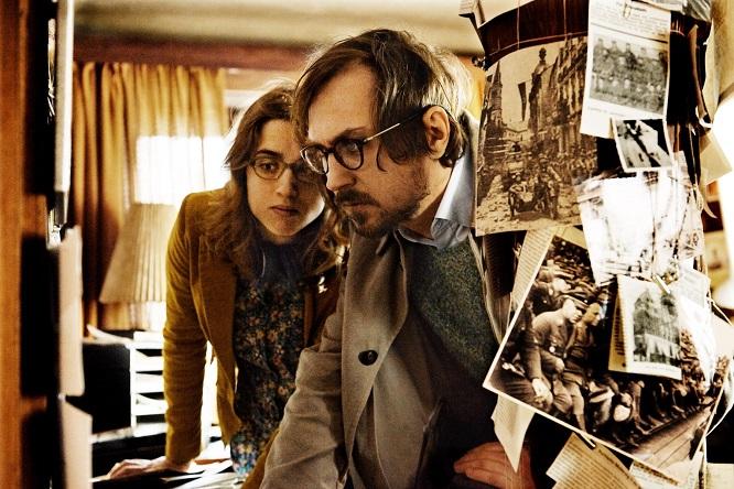 Zazie (Adèle Haenel) und Totilla (Lars Eidinger) stöbern in den Unterlagen ihres verstorbenen Professors