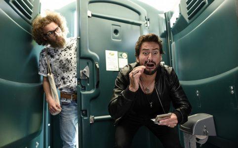 MÄNNERTAG - Chestnut Films, Chris versucht zu Koksen- Hipster dringt ein, BILD: 36, Leonard Halfen  als HIPSTER, Tom Beck als CHRIS BOSSE
